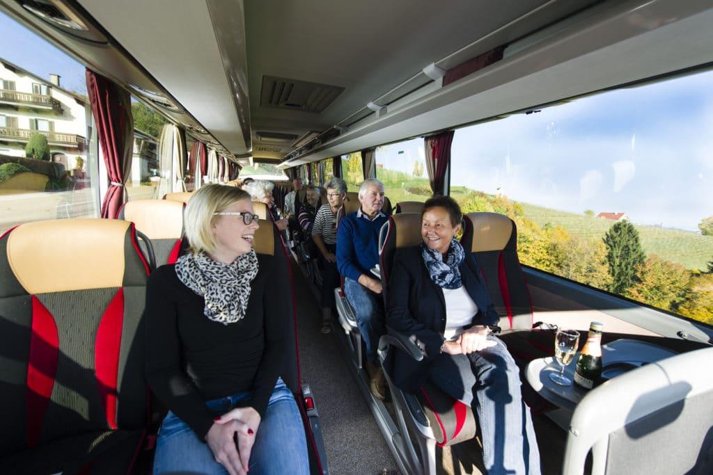 Leute beim Gespräch im Weinlandreisen Bus